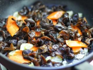 腐竹烧木耳,放入木耳和胡萝卜翻炒两分钟左右