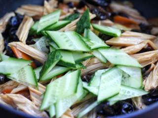 腐竹烧木耳,加入黄瓜片炒匀