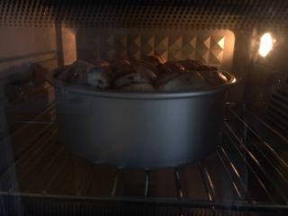 手撕豆沙面包,175度烘烤22分钟,上色了可以盖锡纸,温度要根据自己家的烤箱调节,