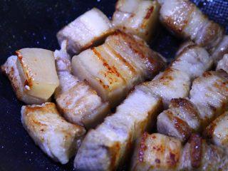 不焯水不加油红烧肉,放入不粘锅煎,不加油,慢慢煸出猪油,至表面焦黄,封住肉汁