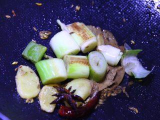 不焯水不加油红烧肉,倒出五花肉块,用锅内的猪油炒香料