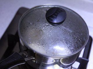 不焯水不加油红烧肉,中火煮开,盖盖煮10分钟,关火焖着备用