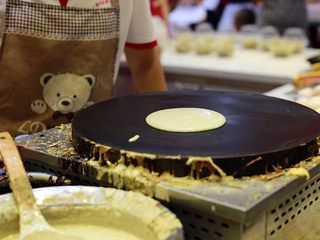 天津老味煎饼果子,面糊自然形成了一个圆。