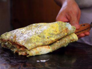 天津老味煎饼果子,用小铲子铲起热气腾腾的煎饼果子,装入袋子,送到你的眼前,有口福的尝尝吧。咬一口软糯松散沙沙口感的煎饼,每口都有鸡蛋,配上酥脆的果蓖儿,真是美味!