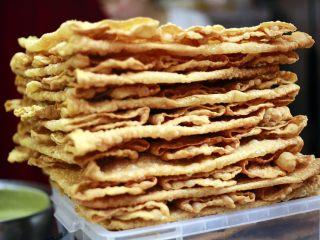 天津老味煎饼果子,这是果子,我们又叫果蓖儿。喜欢酥脆口感的就选择果蓖儿。