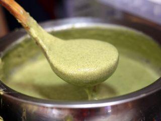 天津老味煎饼果子,满满的一盆绿豆面糊放入1小勺盐和1小勺五香粉,搅拌均匀。