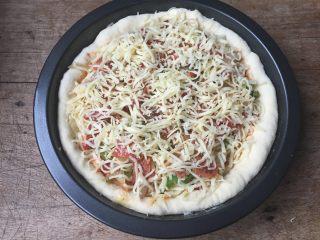 双酱培根披萨,按照一层菜一层芝士的顺序放入培根、洋葱丝、青椒丝,最上面再撒适量芝士;