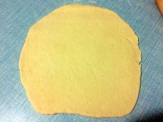 肉夹馍,面醒好以后拿出搓条,擀成圆片。
