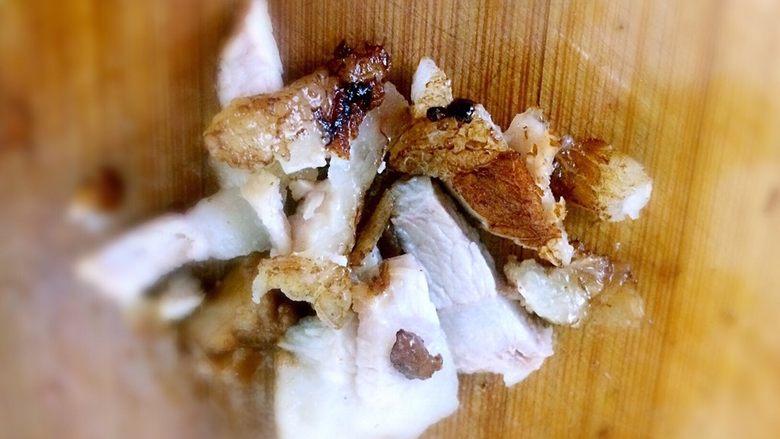 肉夹馍,酱好的肉捞出,切碎。肉切碎一点好吃。连着青椒一起切。肉中有青椒的香气。很好吃。