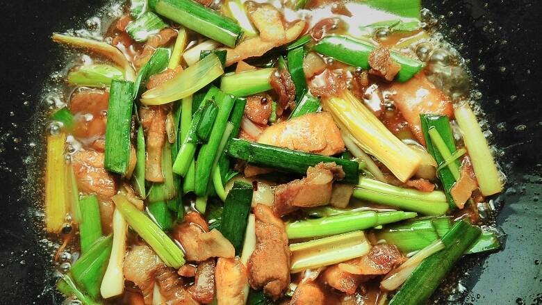 蒜香回锅肉,然后大火迅速的翻炒均匀即可(蒜苗比较容易熟,翻炒一下即可,炒的太过蒜香味会没有,而且吃起来比较老!)