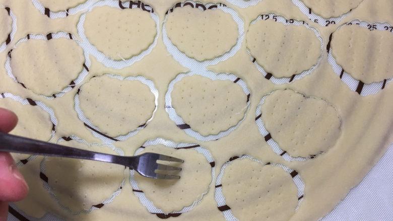 苏打棉花糖夹心饼干,再用叉子叉出小孔,避免烘烤时鼓起。