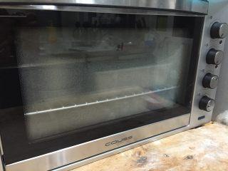 全麦老式面包 中种法,再放入烤箱中(不插电)放入一盆热水闷着,进行二次发酵