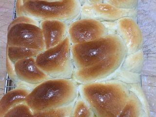 全麦老式面包 中种法,预热烤箱180度后上下火烤制30分钟,注意上色加盖锡纸 出炉后马上脱模,涂抹一层液态黄油