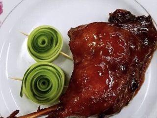 家庭版酱香鸭腿 ,出锅装盘,稍作装饰,美观优雅