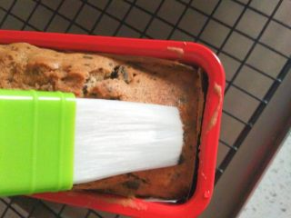 奥利奥磅蛋糕,在烘烤期间制作糖水,15克糖加80克水煮至水沸腾糖全部融化,冷却备用