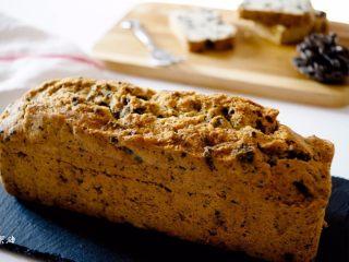 奥利奥磅蛋糕,出炉后放在烤网上,烤箱下面放置一个烤盘,这样刷糖水时,糖水落在烤盘上比较方便清洗。