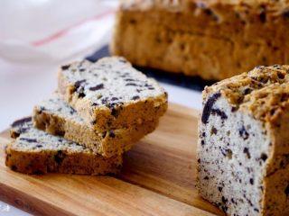 奥利奥磅蛋糕,趁热刷入糖水,蛋糕四角多刷一些。冷却至掌温后包裹保鲜膜,1天后食用味道会更好~