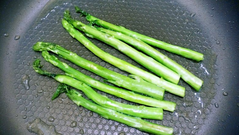 食疗-鸡胸肉减脂食谱,等油已经热滚了,以后加入我们的芦笋进行翻炒,直至变成青色,然后盛起来