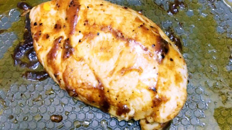 食疗-鸡胸肉减脂食谱,待鸡胸肉煎好之后可以倒入黑椒汁,再煎一会,让它入味,然后盛出