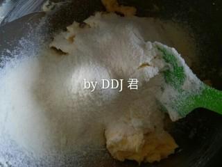 凤梨酥,加入过筛的奶粉和低粉,用刮刀翻拌均匀