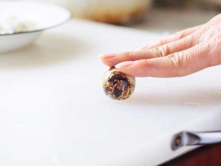虎皮鹌鹑蛋,鹌鹑蛋煮熟后剥掉蛋壳。
