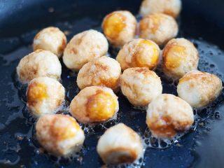 虎皮鹌鹑蛋,小火煎至鹌鹑蛋表皮微焦糊后盛出,锅里留底油。