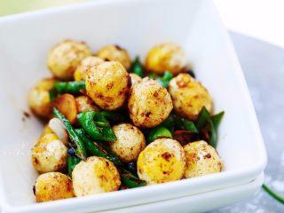 """虎皮鹌鹑蛋,鹌鹑蛋被认为是""""动物中的人参""""。宜常食为滋补食疗品。鹌鹑蛋在营养上有独特之处,故有""""卵中佳品""""之称。"""