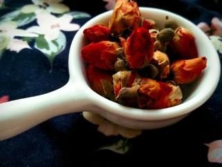 玫瑰牛奶椰絲小方,準備一小碗干玫瑰
