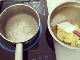 #不一样的泡芙#易上手的酥皮泡芙,当锅底出现一层薄膜即可离锅关火,将面团放到干净的盆中降温至60℃以下