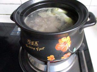 滋补砂锅猴菇鸡汤,倒入砂锅,放入开水。