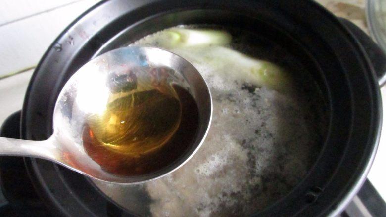 滋补砂锅猴菇鸡汤,放上半勺料酒。