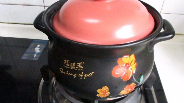 滋补砂锅猴菇鸡汤,小火慢炖约1小时。