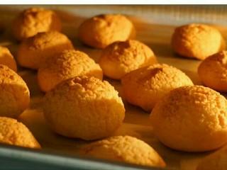 #不一样的泡芙#易上手的酥皮泡芙,放入烤箱中180℃烘烤28分钟左右,具体时间温度要看个人的烤箱性能,每个烤箱温度可能会有偏差