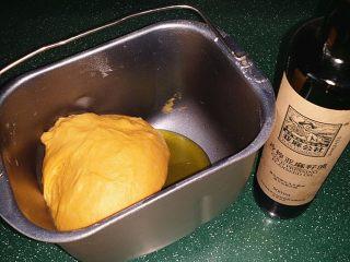 南瓜酸奶亚麻籽油面包(无盐配方),结束后取出加入亚麻籽油