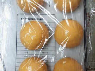 南瓜酸奶亚麻籽油面包(无盐配方),按45克/份分割6份,搓圆盖膜松驰15分钟
