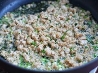 肉末炒粉条,再放入腌制好的猪肉糜炒至发白断生