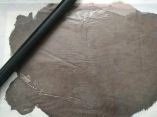 #不一样的泡芙#酷黑的黑森林泡芙,将面团放在硅胶垫上,盖上油纸擀成薄片