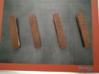 #不一样的泡芙#酷黑的黑森林泡芙,取出少许冻硬的泡芙条,酥皮切出和泡芙条长宽一致的长条状