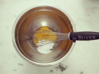 #不一样的泡芙#酷黑的黑森林泡芙,将糖与蛋黄混合