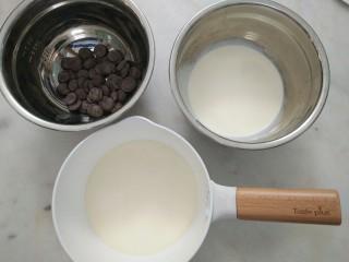 #不一样的泡芙#酷黑的黑森林泡芙,将巧克力香缇奶油的材料备好