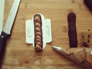 #不一样的泡芙#酷黑的黑森林泡芙,底部挤入巧克力奶油