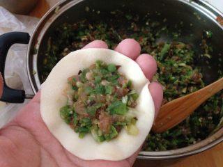 豆角猪肉饺,填入适量馅