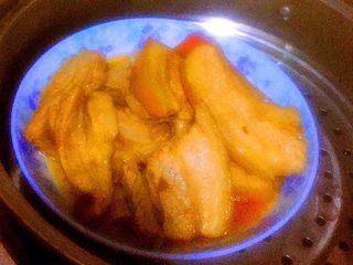 可以在家做的老济南把子肉,把腌制好的肉摆盘,上锅蒸半个小时,小盆里的腌制汤汁葱姜等留着备用。