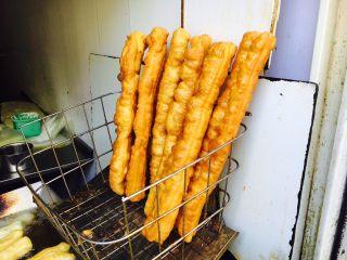 天津老味煎饼果子,这也是果子,我们就它油条。油条一尺来长,颜色呈枣红色。