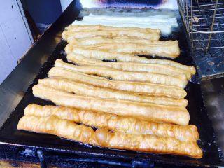 天津老味煎饼果子,在天津有好多煎饼果子摊和炸果子的摊是紧挨着的,所以楼群里的煎饼果子好吃的因素也在其中,热煎饼裹上刚出锅的果子,那味道真是叫绝。