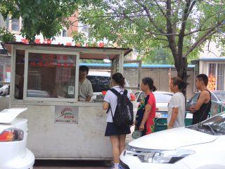天津老味煎饼果子,早晨,上班族在上班的路上会多逗留几分钟买一套煎饼果子带着吃,买煎饼果子得碰运气,有时候排队的人挺多的,有时候赶上前边有人买的多,你就要多侯些时候。