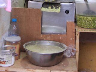 天津老味煎饼果子,这是磨好的绿豆面糊,面糊稠稠的,你要想摊得一手薄而圆的煎饼,需要下一番功夫。