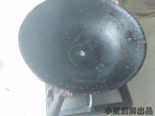 孜然土豆丁,另起锅,放少许油。加热至7成热,放入花椒粒小火爆香。