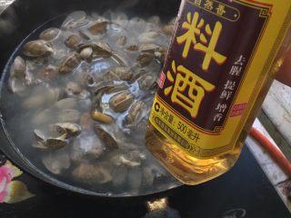 爆炒花甲,锅里水烧开 放入花甲焯水 倒些料酒 放片姜 焯到花甲都开口