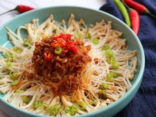 蒜蓉粉丝金针菇,出锅后,将小米辣和杭椒撒在上面即可上桌啦~
